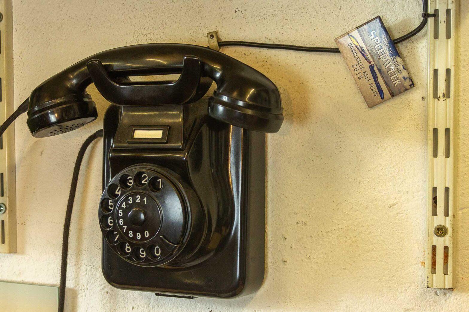 Kontakt Rainer Zumach Bakelit-Telefon an der Wand